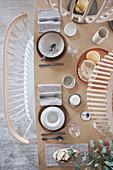 Schlicht gedeckter Tisch in Naturtönen im Skandinavischen Stil