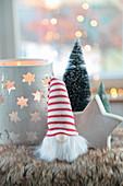 Windlicht, Holzstern und Wichtel mit gestrickter Mütze