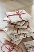 Geschenke in Zeitungspapier verpackt