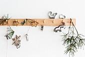 Weihnachtlich dekorierte Garderobenleiste