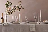 Festlich gedeckter Tisch in Naturtönen