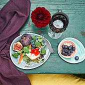 Feigen-Mozzarella-Salat mit Kapuzinerkresse und Heidelbeeren