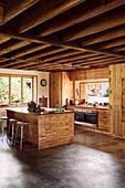 Maßgefertigte Küchenmöbel aus recyceltem Holz