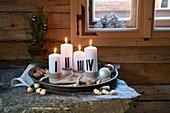 Mit römischen Ziffern nummertiert Kerzen im Tablett als Adventskranz