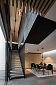 Dunkelgrüne Samtstühle am langen Tisch im modernen Esszimmer