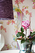 Rosen in Vase und Tischlampe