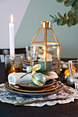 Weihnachtlich gedeckter Tisch in Gold und Türkis