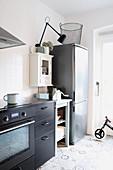Küche im Grau und Weiß aus verschiedenen Modulen