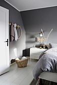 Schlafzimmer unter der Schräge in Grau und Weiß