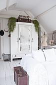 Wohnzimmer in Shabby-Style mit Sofa und Kleiderschrank