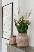 Keramikvase mit Blumenstrauß