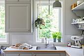 Spülbecken vor dem Fenster in heller Küche