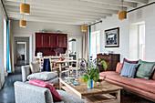 Offener Wohnraum mit Holzbalkendecke im renovierten Steinhaus aus dem 17. Jahrhundert