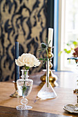 Glasvasen und Kerzenständer auf Esstisch