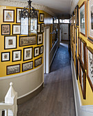 Bildergalerie an gelber geschwungener Wand im Flur