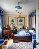 Antikes Holzbett und Schreibtisch im Jungenzimmer in Blau