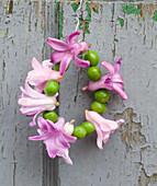 Kränzchen aus Hyazinthenblüten und grünen Erbsen