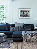 Polstergarnitur mit Kissen im Wohnzimmer mit Holzdielenboden