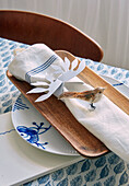 DIY napkin ring made of paper and bird figure