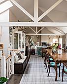 Antiker Esstisch im offenen Wohnraum mit Dachkonstruktion
