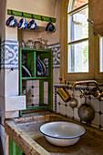 Altes Spülbecken aus Stein in ländlicher Küche