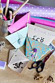 Aus Papier gefaltete Täschchen als Geschenkverpackung