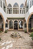 Orientalischer Palast mit Arkaden und Brunnen im Innenhof