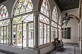 Bogenfenster mit Buntglas zum Innenhof im orientalischen Palast