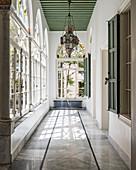 Bogenfenster mit Buntglas im Flur in einem orientalischen Palast