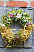 Sommerkranz mit Rosenblüten, Frauenmantel und Stroh