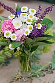 Kleiner Strauß aus Rosen, Mutterkraut und Steppensalbei