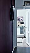 Flur mit auberginefarbener Wand, Blick ins Wohnzimmer