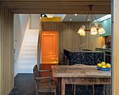 Alter Holztisch in offener Küche mit moderner Architektur