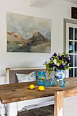 Stimmungsvolles Gemälde über der gustavianischen Bank in der Küche