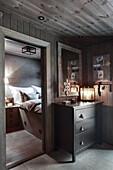 Vorzimmer mit Kommode und Windlicht, Blick ins Schlafzimmer