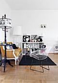 Ockerfarbenes Barocksofa und Designerstühle im Wohnzimmer