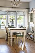 Verschiedene Stühle am Tisch im nostalgischen Esszimmer