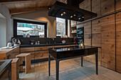 Maßgefertigte Küche mit Holzeinbauten