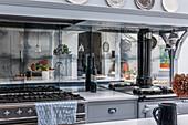 Küchenzeile mit verglastem Spritzschutz