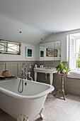 Vintage Badewanne und Waschbecken im Badezimmer