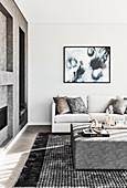 Elegantes Wohnzimmer in Weiß und Grau mit gepolstertem Couchtisch