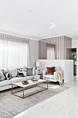 Elegantes Wohnzimmer in hellem Grau mit blassen Farben