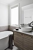 Modernes Bad in Weiß und Grau mit freistehender Badewanne