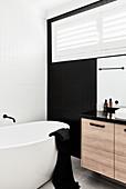 Modernes Bad in Schwarz und Weiß mit freistehender Badewanne