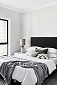 Modernes Schlafzimmer in Schwarz, Grau und Weiß