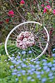 Kranz aus Apfelblüten-Zweigen auf alter Fahrradfelge