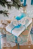 Weihnachtsverpackung mit Stempelmotiven in Blau und Weiß