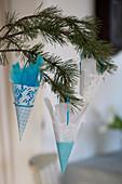 DIY-Tütchen aus Tortenspitze in Blau und Weiß