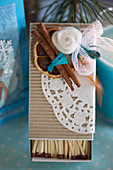Streichholzschachtel, weihnachtlich dekoriert