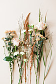 Verschiedene Blüten: Rosen, Chrysanthemen, Nelken, Amaranth, Strandflieder und Gräsern